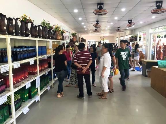 Nhân viên cửa hàng thăm cơ sở rượu sim