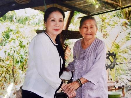 Nghệ sĩ Kim Xuân và bà Trọng chụp hình lưu niệm