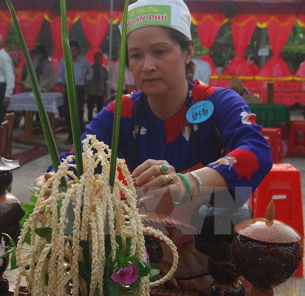 Trang trí bình hoa bằng nguyên liệu dừa