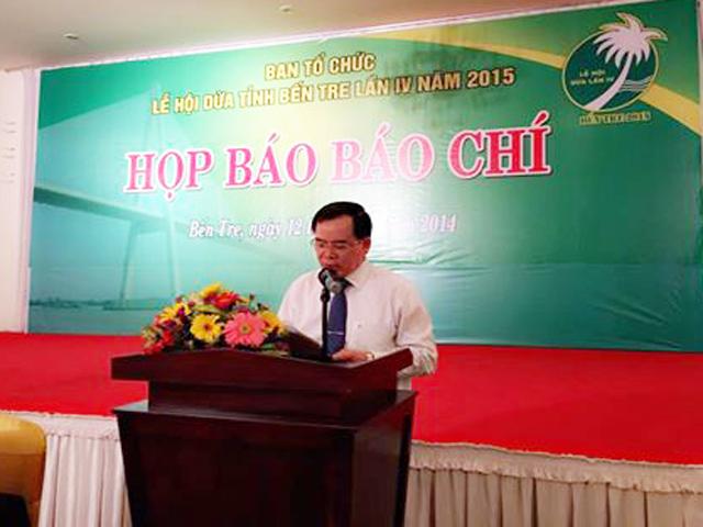 Ông Trần Ngọc Tam- Phó Chủ tịch UBND tỉnh, Trưởng Ban Tổ chức Lễ hội Dừa lần IV-2015 phát biểu tại buổi họp báo.