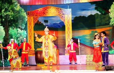Cảnh trong vở tuồng dù kê của đội Thông tin - Văn nghệ Khmer Cà Mau.