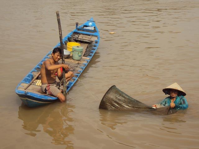 Lũ cạn nên bà Ba Hồng (xã Mỹ Khánh, TP. Long Xuyên) đặt 8 cái đú bắt cá linh (mua 200.000 đồng/cái) mà mỗi ngày chỉ bắt được chưa đến 1kg cá, lỗ nặng. Ảnh:  T.B
