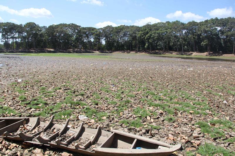 Phần lớn diện tích Ao Bà Om đã khô trơ đáy. Những vật dụng, rác thải dưới ao gây mất mỹ quan nơi di tích cấp quốc gia