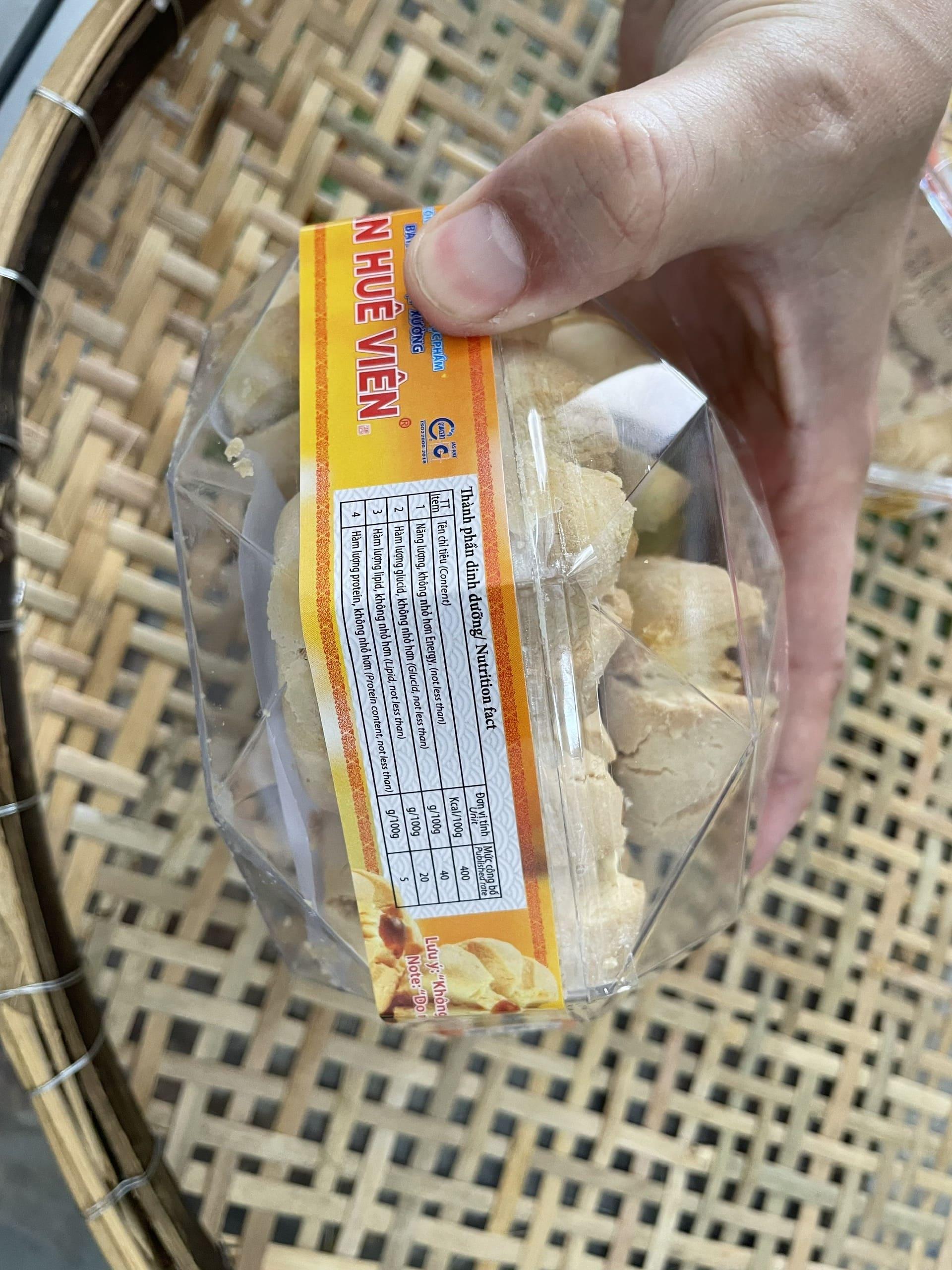 Bánh hạnh nhân Tân Huê Viên tại cửa hàng Đặc sản miền Tây