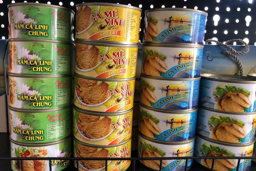 Sản phẩm cá linh đóng hộp tại cửa hàng Đặc sản miền Tây