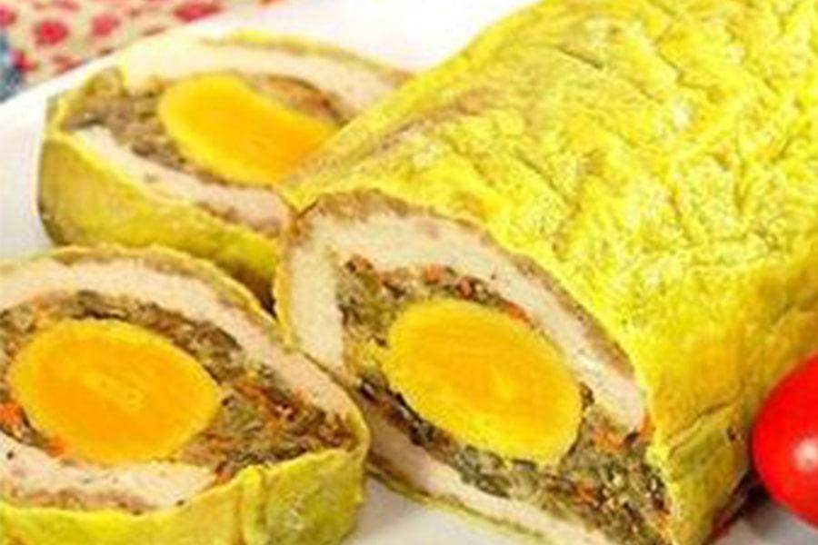 Chả hoa Năm Thụy với thành phần chính như thịt lợn, pate, trứng muối, trứng chiên, rau củ, nấm mèo…