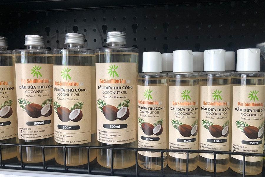 Cửa hàng Đặc sản miền Tây luôn có sẵn các mặt hàng dầu dừa nguyên chất Bến Tre hân hạnh phục vụ quý khách hàng