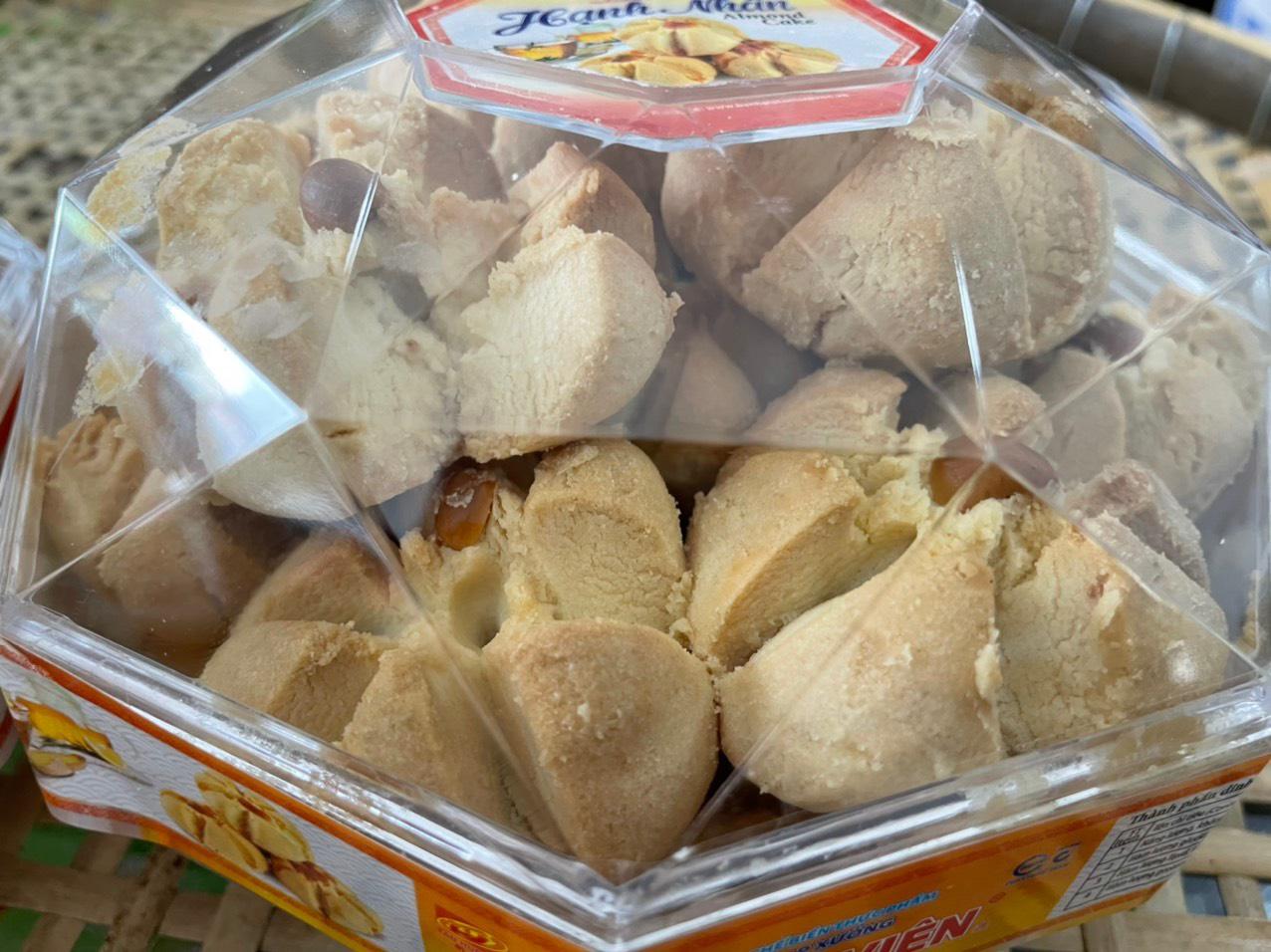 Bánh hạnh nhân được bảo quản trong hộp hình kim cương vô cùng đẹp mắt