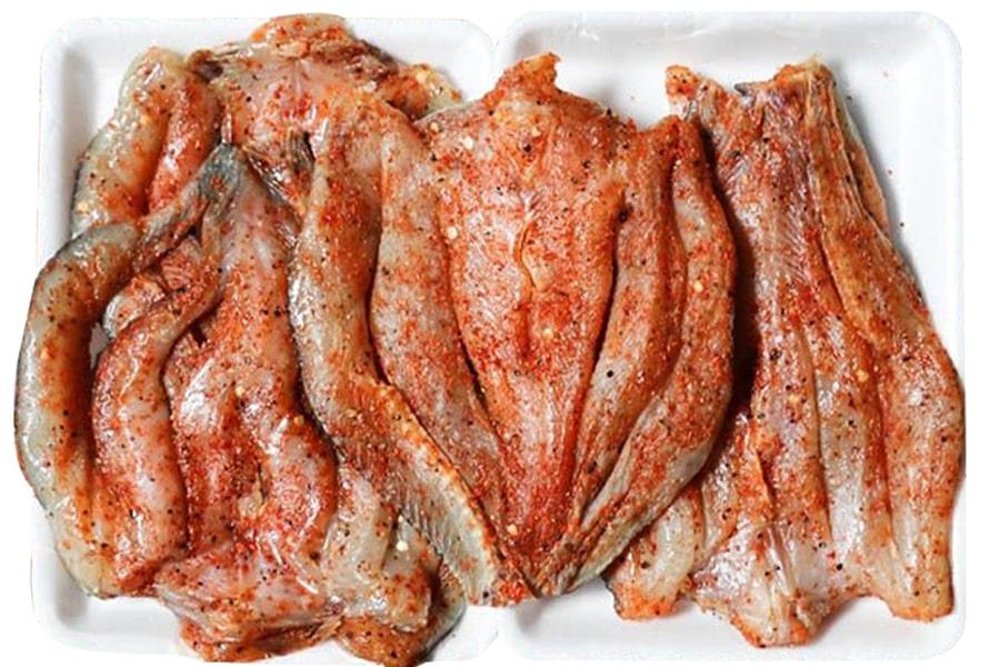 Cá lóc đồng Cà Mau được tẩm ít gia vị trước khi mang phơi nắng