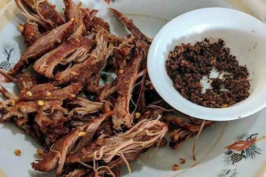 Muối kiến vàng dùng với khô bò một nắng rất tuyệt