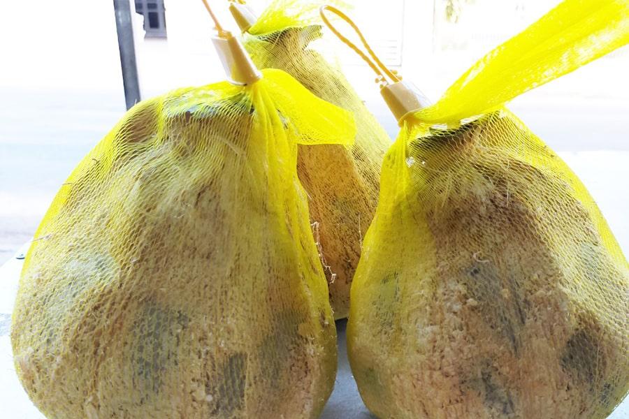 Mứt dừa Bến Tre hay mứt dừa sáp được chế biến từ 100% cái dừa và đường phèn
