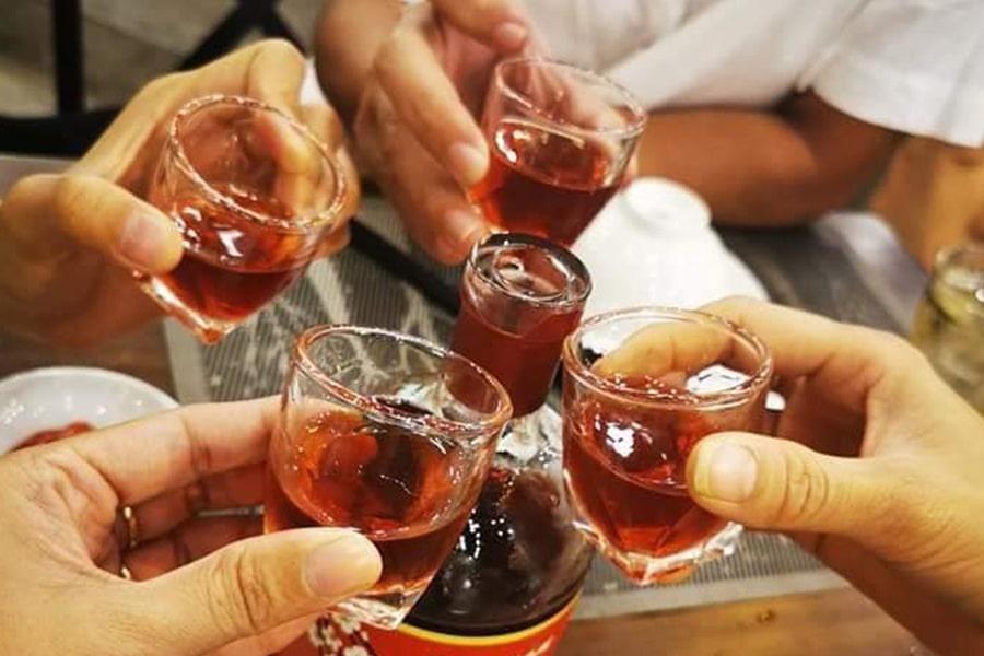Uống rượu mơ cùng bạn bè.