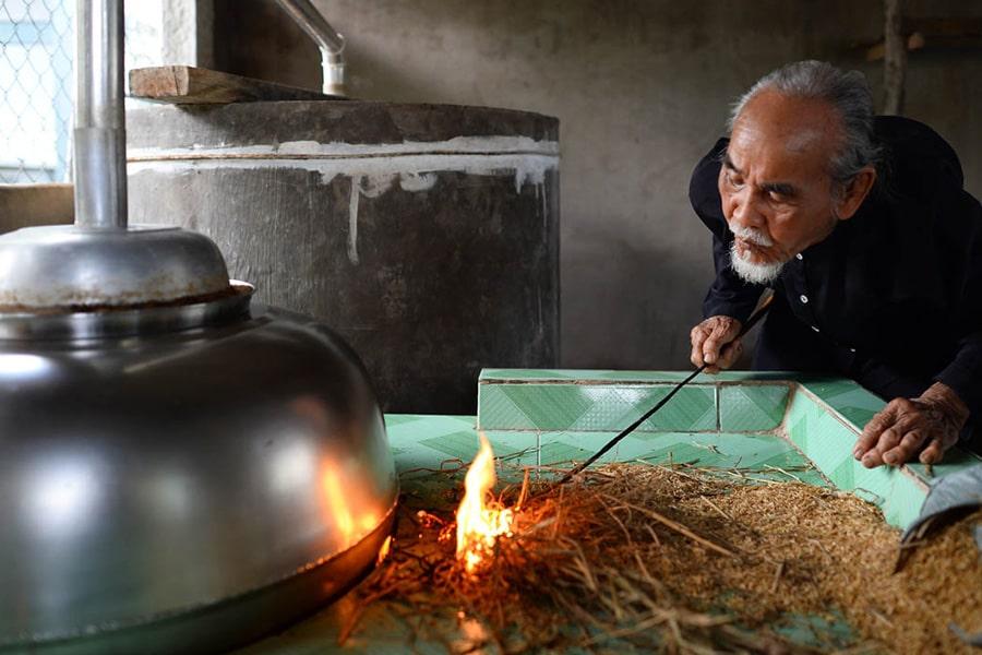 Người dân tại làng nghề đang nấu rượu Phú Lễ Bến Tre.